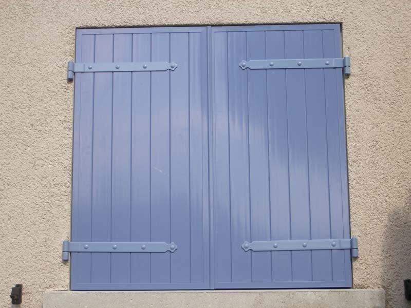 volets composite exemple de volets battants en rsine de synthse modle vantaux de couleur bleu. Black Bedroom Furniture Sets. Home Design Ideas